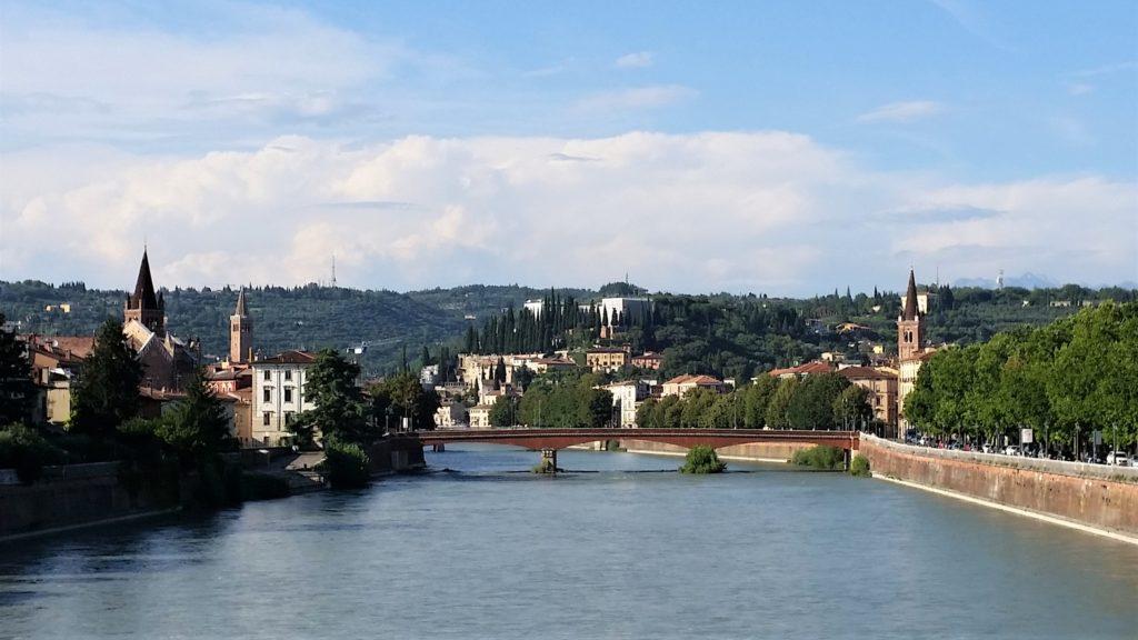 Włochy, Werona, rzeka Adyga, zwiedzanie Werony, wycieczka po Weronie, miejsca warte odwiedzenia w Weronie, przewodnik po Weronie