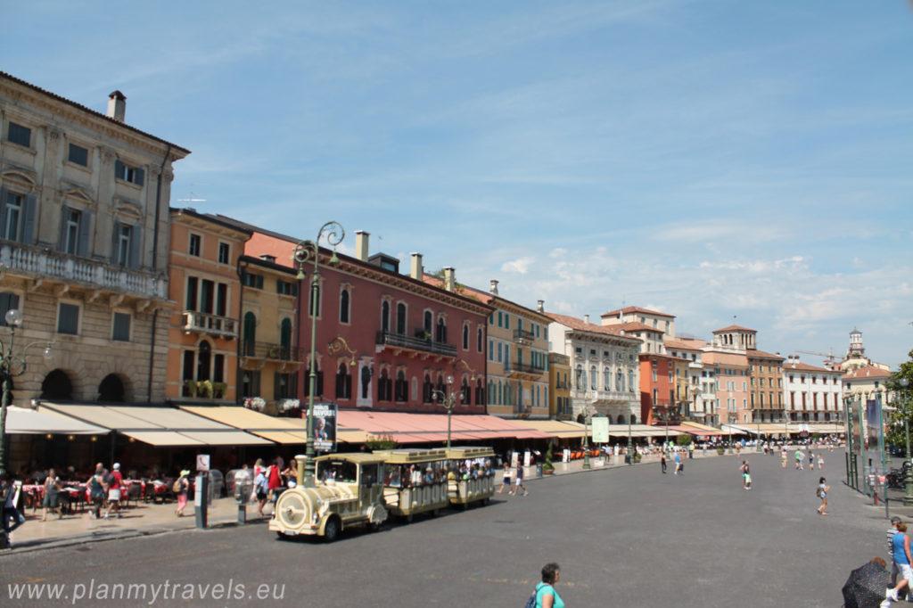 Włochy, Werona, Piazza Bra, zwiedzanie Werony, wycieczka po Weronie, miejsca warte odwiedzenia w Weronie, przewodnik po Weronie